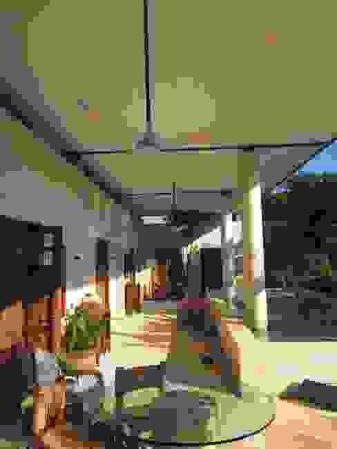 Piscinas de estilo tropical de Degetau Arquitectura y Diseño Tropical Derivados de madera Transparente