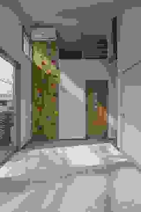 Salas multimédia modernas por 株式会社エキップ Moderno