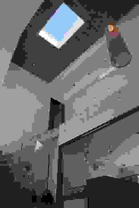 Salones de estilo moderno de ADHOC arquitecturAmedida Moderno