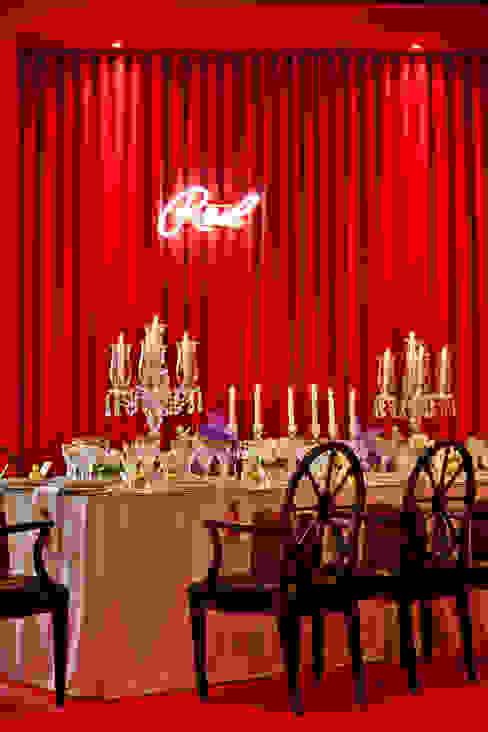 RED TABLE... Salas de jantar clássicas por Critério Arquitectos by Canteiro de Sousa Clássico