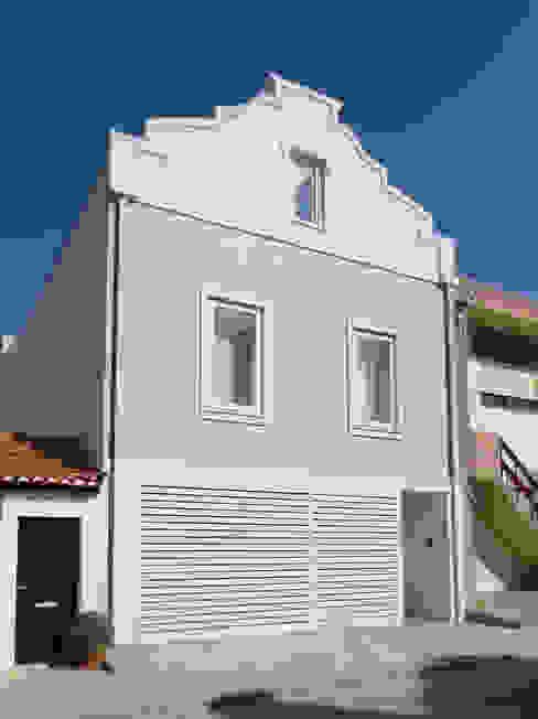 Alçado principal Casas ecléticas por GAAPE - ARQUITECTURA, PLANEAMENTO E ENGENHARIA, LDA Eclético