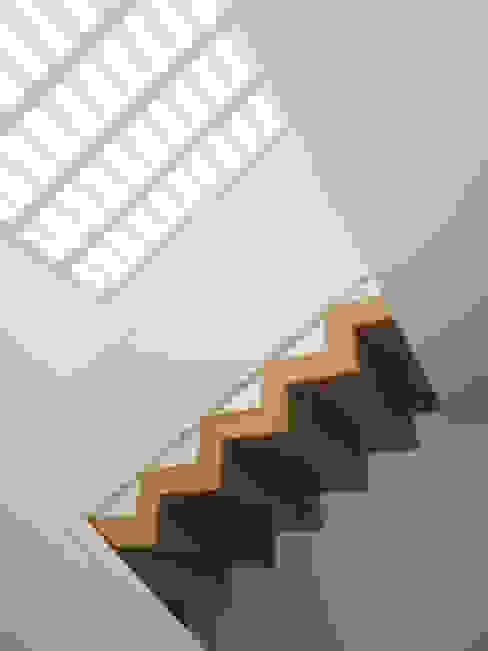 Hành lang, sảnh & cầu thang phong cách chiết trung bởi GAAPE - ARQUITECTURA, PLANEAMENTO E ENGENHARIA, LDA Chiết trung