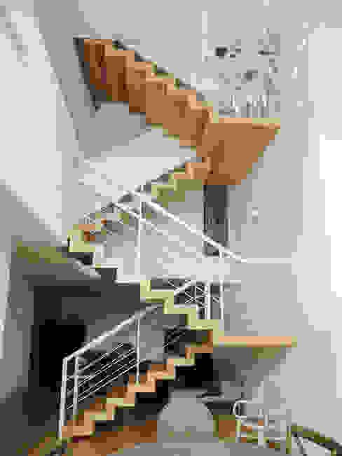 Eklektyczny korytarz, przedpokój i schody od GAAPE - ARQUITECTURA, PLANEAMENTO E ENGENHARIA, LDA Eklektyczny