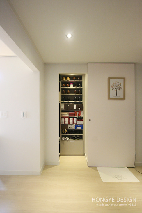 Corredores, halls e escadas modernos por 홍예디자인 Moderno