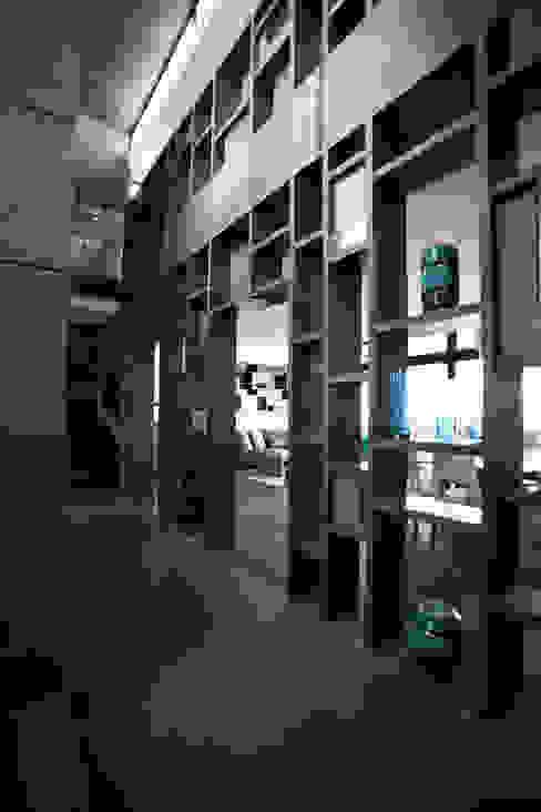 Mueble Celosía acceso: Pasillos y recibidores de estilo  por WRKSHP arquitectura/urbanismo