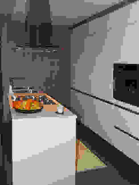 vista generale della cucina Cucina moderna di bilune studio Moderno