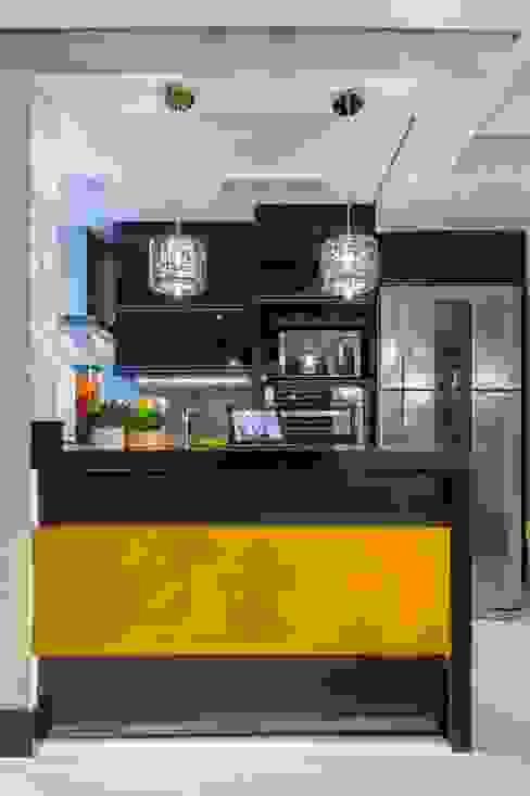 Cozinha  amarela: Cozinhas  por Lo. interiores