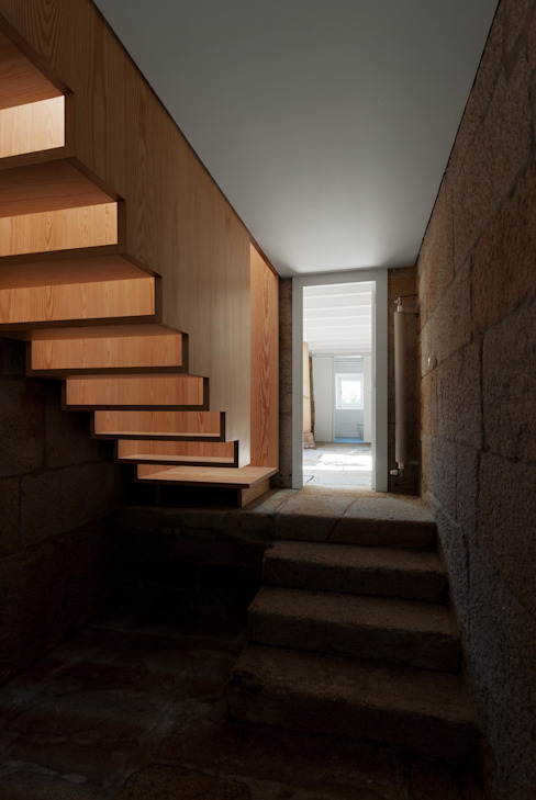 Casa em Chaves: Corredores e halls de entrada  por bAse arquitetura,Moderno