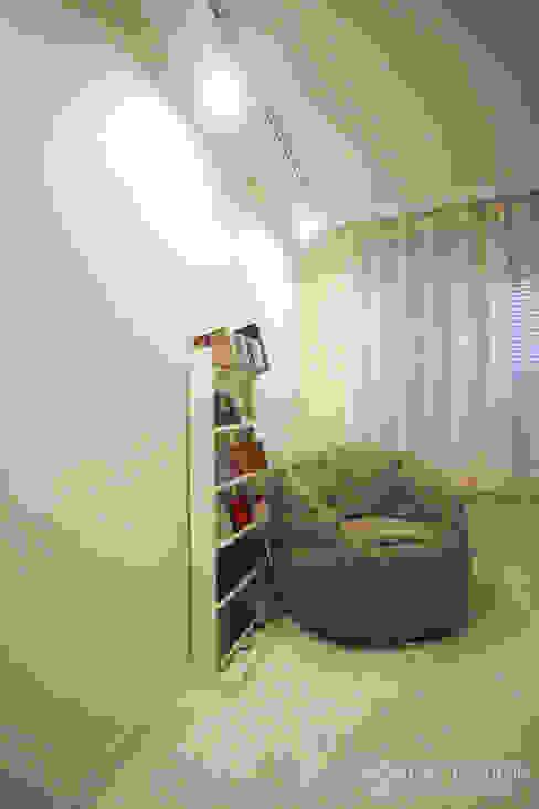 아기자기한 15평 싱글하우스 : 홍예디자인의  침실,모던