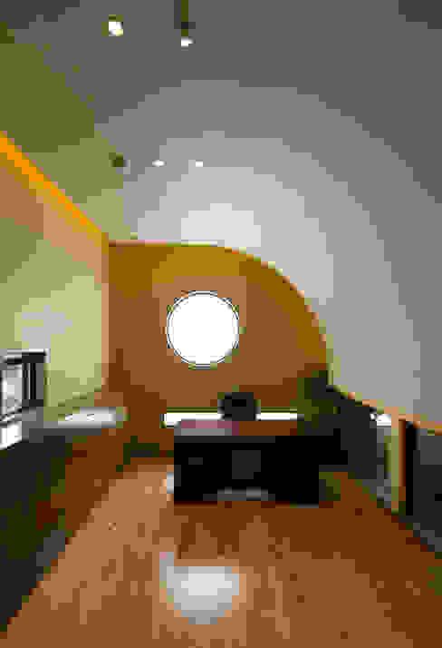 Estudios y despachos de estilo moderno de 橋本健二建築設計事務所 Moderno Madera Acabado en madera