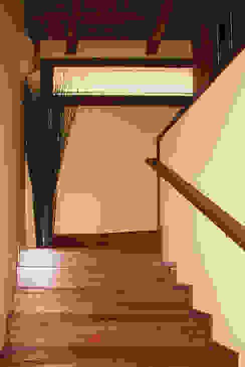 Escalera Pasillos, vestíbulos y escaleras de estilo mediterráneo de RIBA MASSANELL S.L. Mediterráneo Madera Acabado en madera