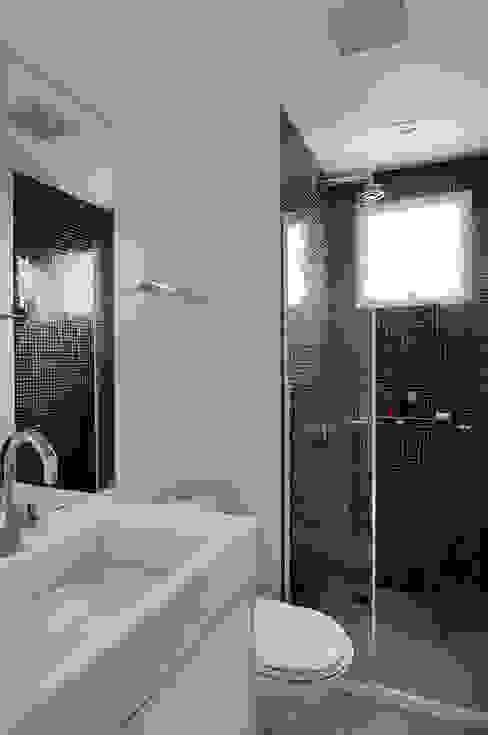 Minimalist style bathroom by Mario Catani - Arquitetura e Decoração Minimalist Tiles