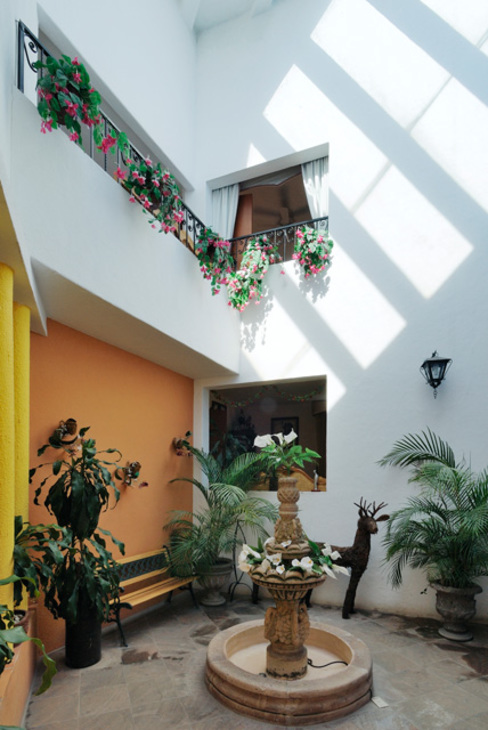 patio interior Jardines de invierno coloniales de Excelencia en Diseño Colonial Ladrillos