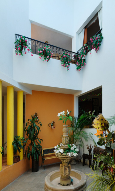 Couloir, entrée, escaliers coloniaux par Excelencia en Diseño Colonial Briques