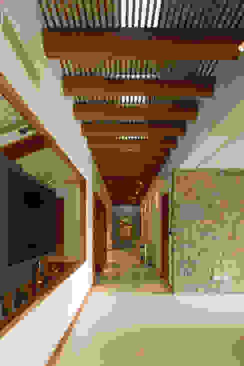 Portico Arquitectura + Construcción Ingresso, Corridoio & Scale in stile coloniale Legno massello