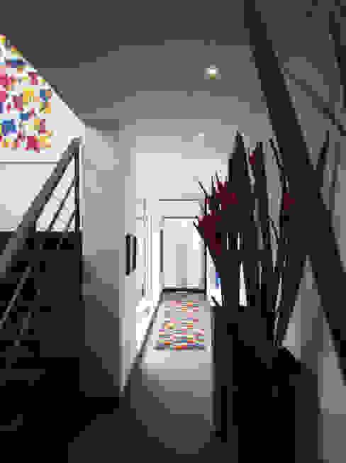 Casa del Portico Pasillos, vestíbulos y escaleras de estilo moderno de David Macias Arquitectura & Urbanismo Moderno