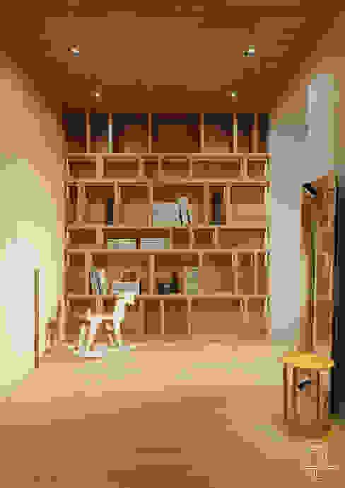 Современные апартаменты скульптора от студии DEnew Коридор, прихожая и лестница в стиле минимализм от DEnew Минимализм