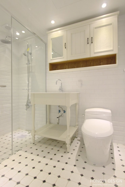 프렌치도어 시공으로 이국적인 느낌의 33py 컨트리스타일 욕실 by 홍예디자인 컨트리