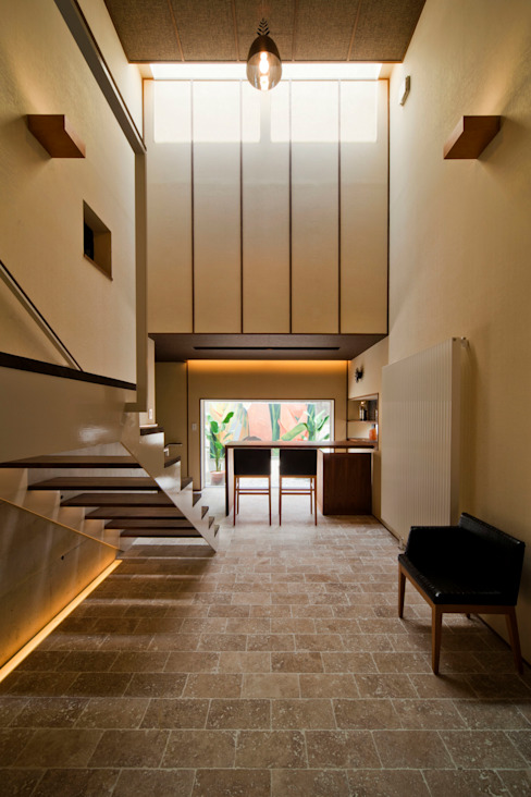 s tto Modern Corridor, Hallway and Staircase by MAY COMPANY & ARCHITECTS Modern
