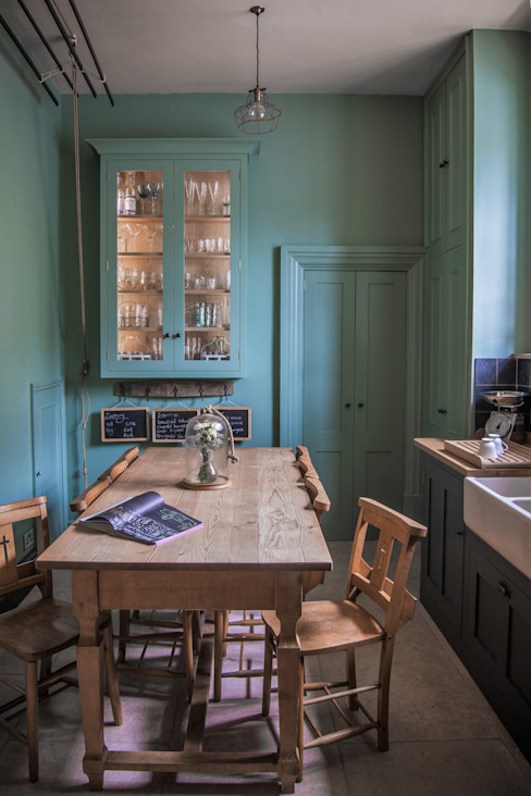 Cotswold Chapel Kitchen homify Country style kitchen Solid Wood Green