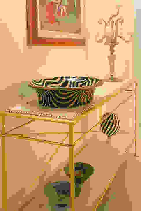 dettaglio mobile dell'ingresso bilune studio Ingresso, Corridoio & Scale in stile classico