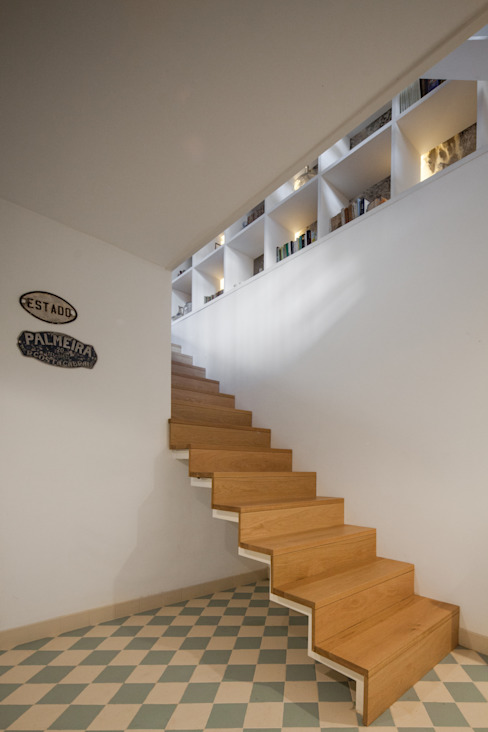 Modern Corridor, Hallway and Staircase by Floret Arquitectura Modern