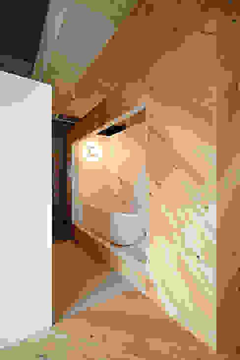Baños de estilo  por .8 / TENHACHI, Industrial