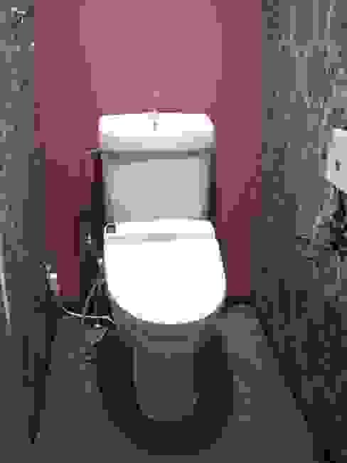 トイレもクライアントがどこか海外旅行に行ったときの印象に残っている壁紙にしたい。という要望。探すのに苦労しました。 北欧スタイルの お風呂・バスルーム の インテリア研究事務所 北欧