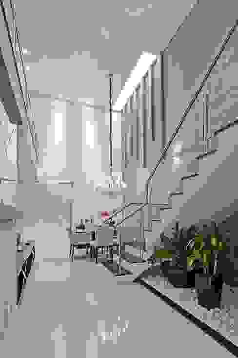 Modern Corridor, Hallway and Staircase by Patrícia Azoni Arquitetura + Arte & Design Modern