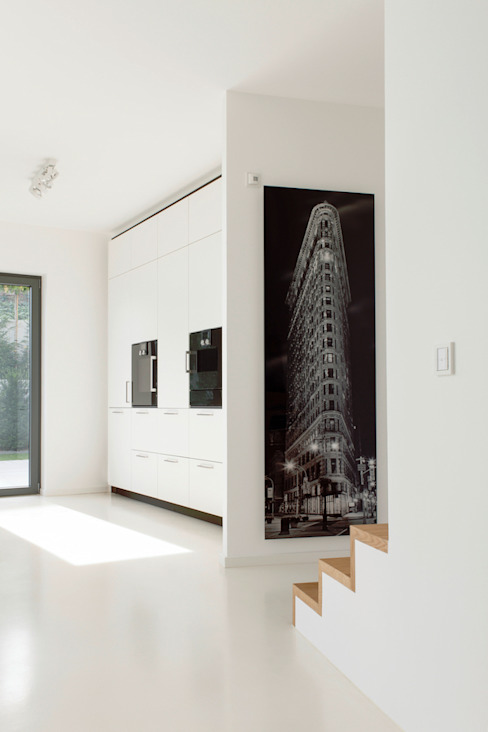 Küche mit Aufgang zu den Schlafräumen Moderne Küchen von in_design architektur Modern