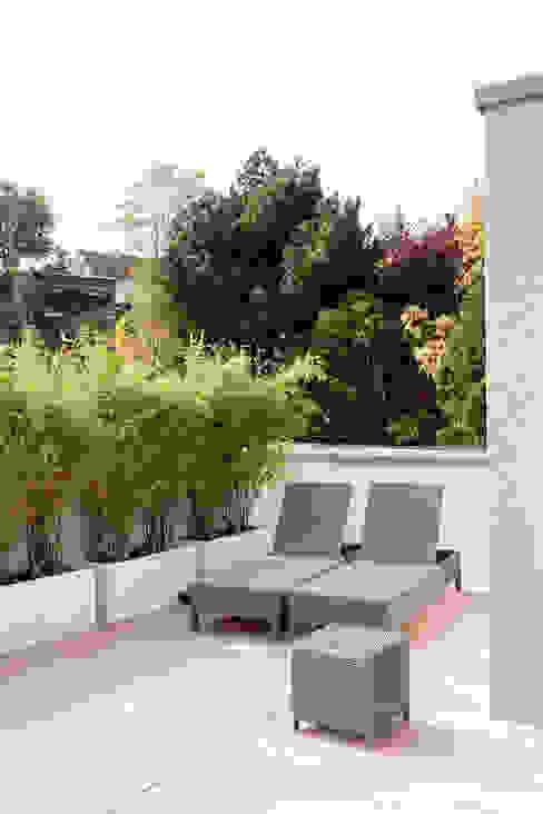 Dachterrasse mit Blick auf die Frankfurter Skyline Moderner Balkon, Veranda & Terrasse von in_design architektur Modern