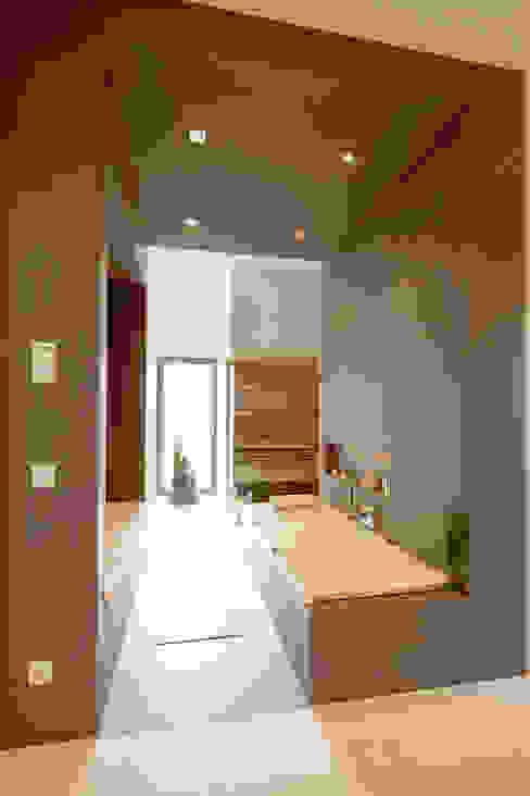 Master-Bad im Obergeschoss mit Saunakabine Moderner Spa von in_design architektur Modern