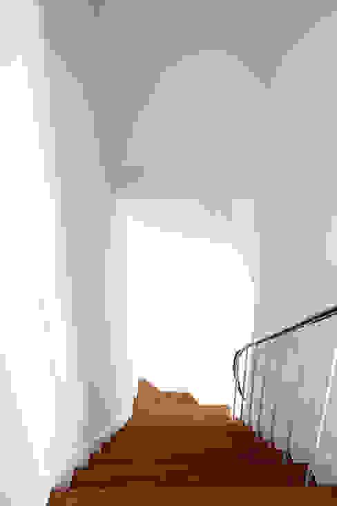 moradia JE Corredores, halls e escadas modernos por involve arquitectos Moderno