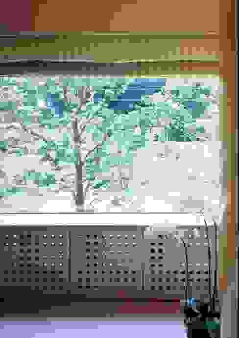 建築家住宅 神奈川 東京 湘南 葉山|Mアーキテクツ一級建築士事務所 | 建築家 前田康憲 | 田園調布の美術館のような建築家住宅: Mアーキテクツ|高級邸宅 豪邸 注文住宅 別荘建築 LUXURY HOUSES | M-architectsが手掛けた窓です。,モダン