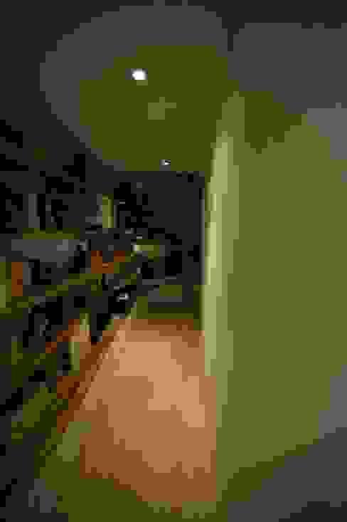 Biblio-banquette Couloir, entrée, escaliers modernes par Blue Interior Design Moderne Bois Effet bois