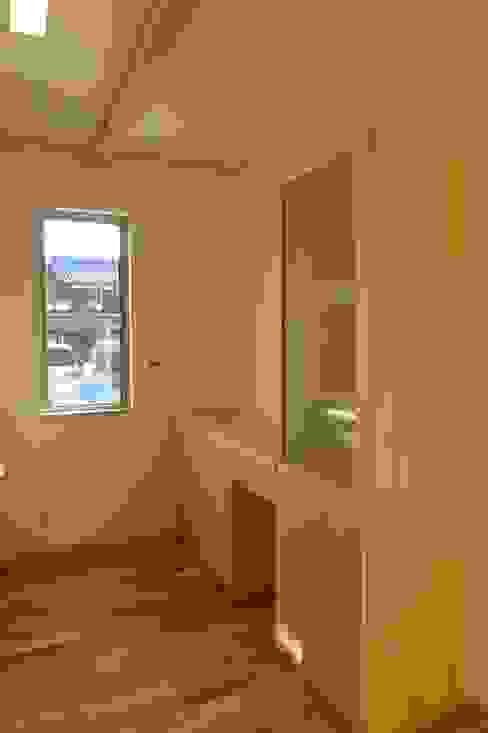 Кухня в стиле модерн от 株式会社 atelier waon Модерн