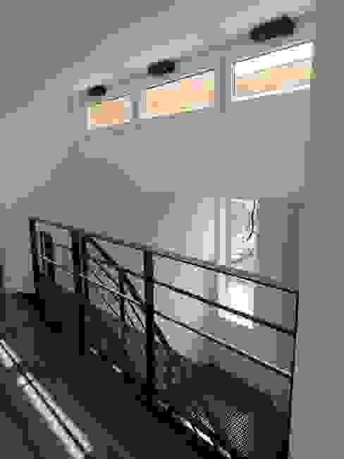 escalier métallique Couloir, entrée, escaliers minimalistes par Paula Bianco Minimaliste
