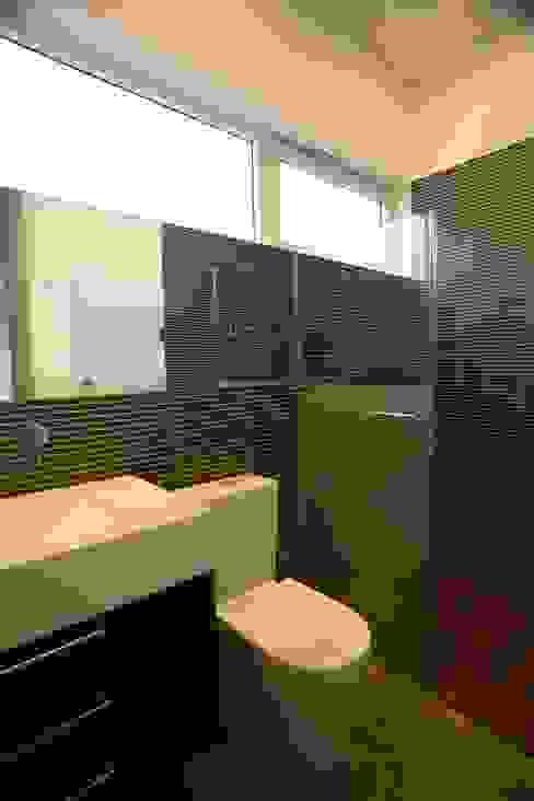 Minimalist style bathroom by Echauri Morales Arquitectos Minimalist