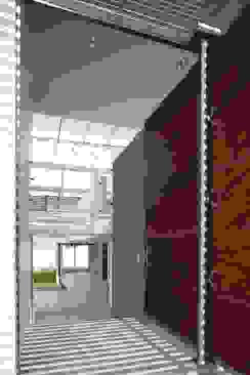 Casa Quince: Pasillos y recibidores de estilo  por Echauri Morales Arquitectos, Minimalista