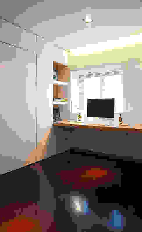 Reforma de apartamento PAULO MARTINS ARQ&DESIGN Espaços de trabalho minimalistas