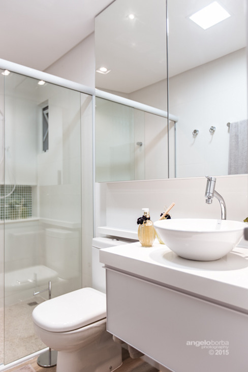 Claudia Stach e Daniela Bordignon Arquitetura Modern bathroom MDF White