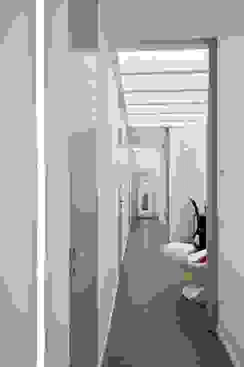 Pasillos, vestíbulos y escaleras de estilo minimalista de architetto Lorella Casola Minimalista