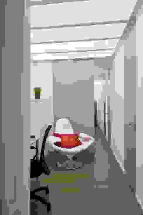 Ristrutturazione di un appartamento a Napoli Ingresso, Corridoio & Scale in stile minimalista di architetto Lorella Casola Minimalista