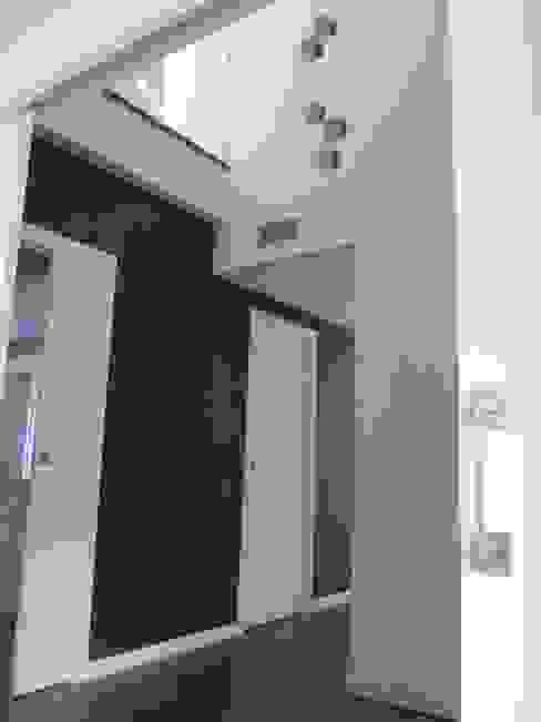 Vestíbulos, pasillos y escaleras de estilo  por Marc Pérez Interiorismo