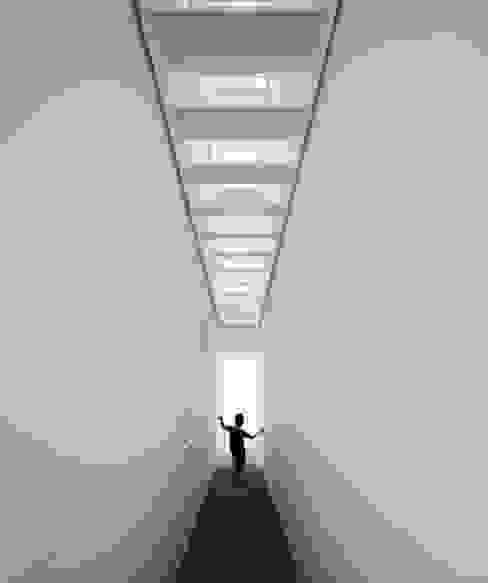 EXTRASTUDIO Mediterranean style corridor, hallway and stairs
