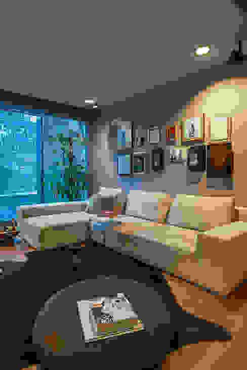 Sala multimediale eclettica di MAAD arquitectura y diseño Eclettico