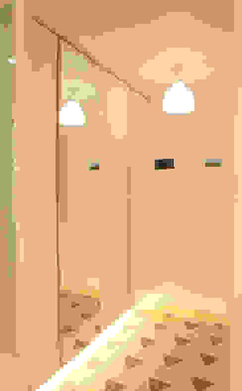 작은집 넓게 쓰는 빌라인테리어_ 20py 스칸디나비아 복도, 현관 & 계단 by 홍예디자인 북유럽