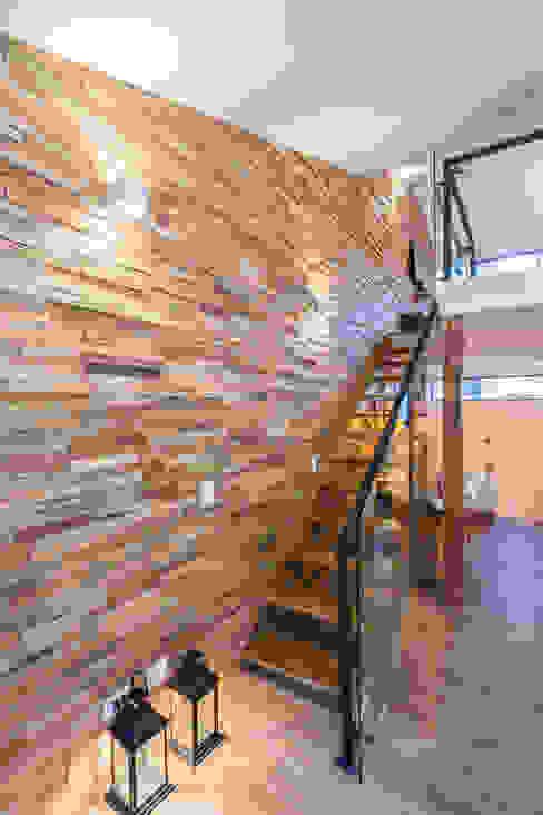 escaleras apto 301: Hoteles de estilo  por PLANTA BAJA ESTUDIO DE ARQUITECTURA,