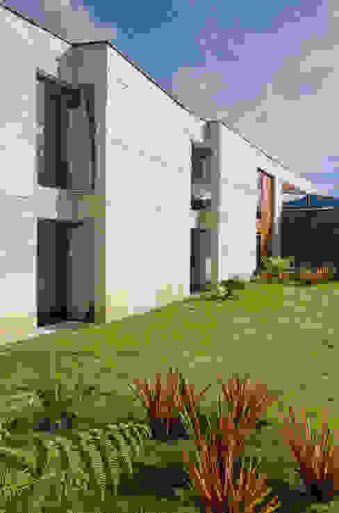 Exterior 1 Casas de estilo tropical de PLANTA BAJA ESTUDIO DE ARQUITECTURA Tropical