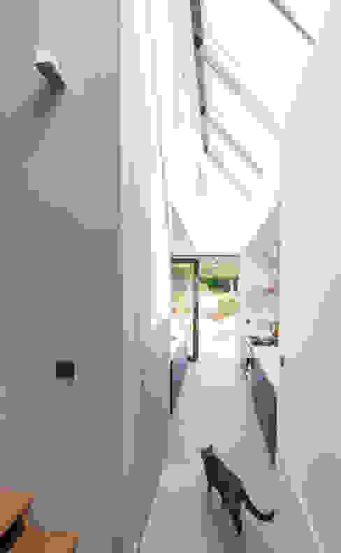 Коридор, прихожая и лестница в модерн стиле от ScanaBouw BV Модерн